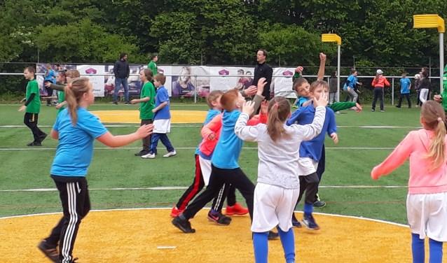Leerlingen van groep 5/6 in actie tijdens het schoolkorfbaltoernooi bij Duko. (foto: Korfbalvereniging Duko)