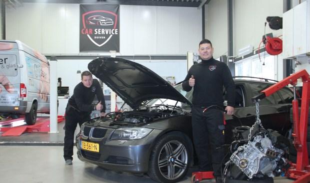 Eduard en Jan in hun garage