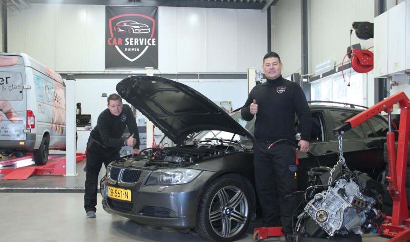 Eduard en Jan in hun garage