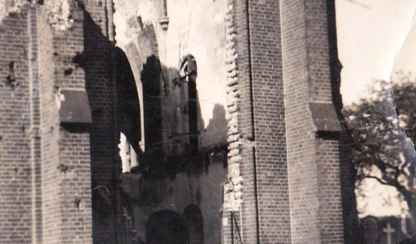 Ruine RK Kerk Angeren na de oorlog '45. (foto: bron HKA)