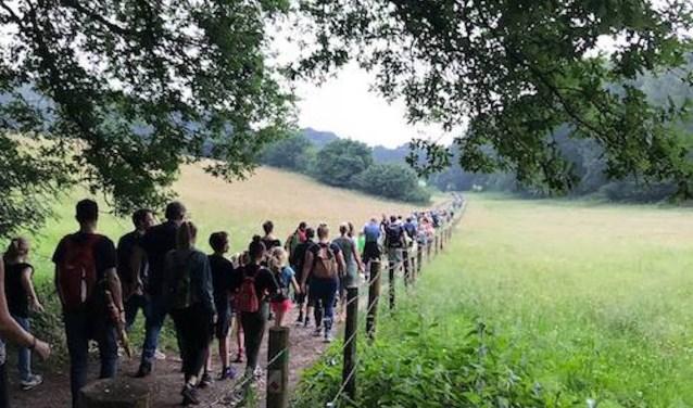 Wandelen over de Elyzeese velden. (foto: J. de Vries)