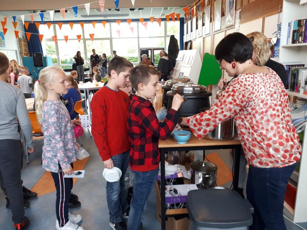 In de rij voor de soep met bon. (foto: basisschool de Hien Dodewaard) Foto: basisschool de Hien Dodewaard © Hét Gemeentenieuws