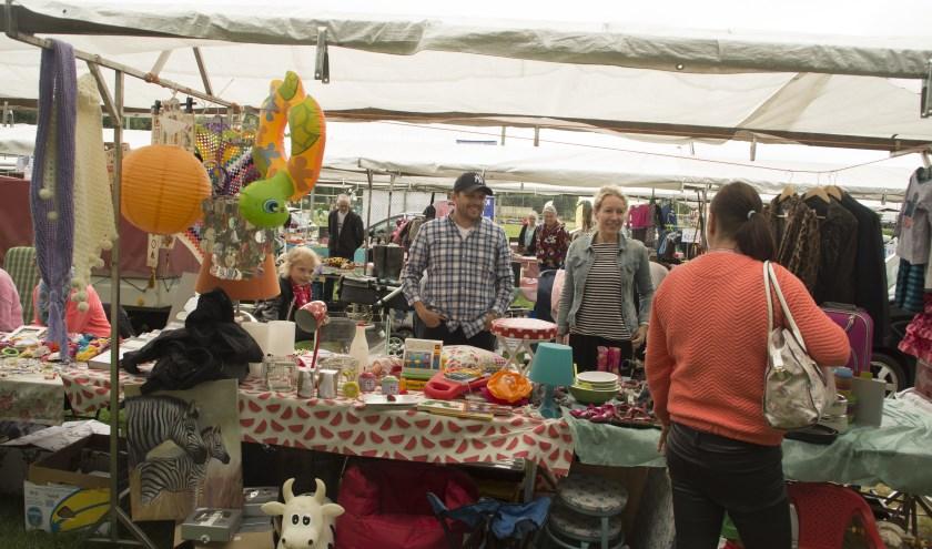 Vele standhouders bezoeken de groots opgezette rommelmarkt tijdens de Zomer-Fair 2019 op Sportpark de Griethse Poort in Zevenaar