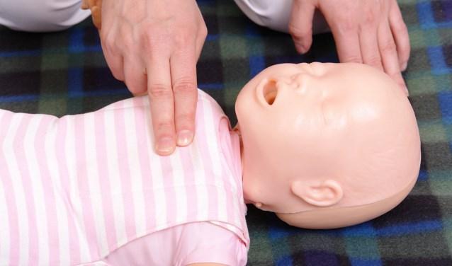 Tijdens de cursus Eerste hulp aan kids wordt geoefend op trainingspoppen.