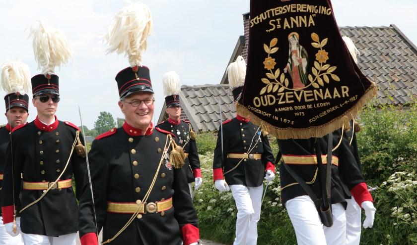 Schuttersvereniging Sint-Anna op weg naar een gezellige kermis. (foto: Bert Rinkel)