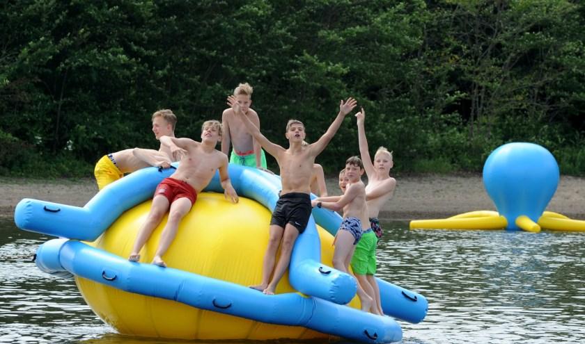 Zwembad Walburgen in Gendt heeft voldoende cheques bij elkaar weten te sprokkelen om een dit speeltje aan te kunnen schaffen. Afgelopen zaterdag werd het gepresenteerd. (foto: Sjaak Veldkamp