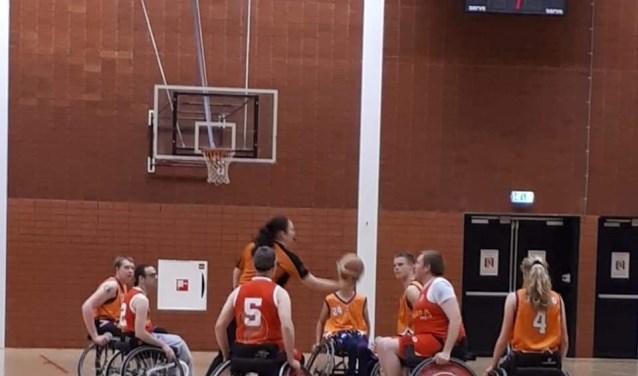 Aanvangssprongbal Martijn van de Goor (Center). (foto: Pigeons Basketbal)