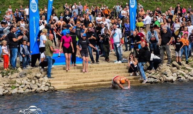 Actie tijdens Swim to Fight Cancer Nijmegen 2018. (foto: Davy Derksen Fotografie)
