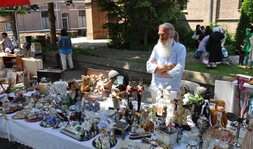 Antiek, curiosa en tweedehands artikelen te koop op de Luikse Markt van CV Zet 'm Op. (foto: B. Knot)