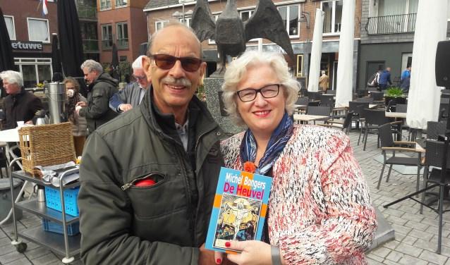 Mevrouw schuurmans ontvangt WO II boek van Michel Bongers door Van Hemmen. (foto: Henk van Eimeren)