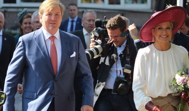 Opheusden. Ons zo betrokken koninklijk paar op weg naar het toegestroomde publiek.en koninklijk paar op weg naar het toegestroomde publiek. (foto: Henk van der Kooij)
