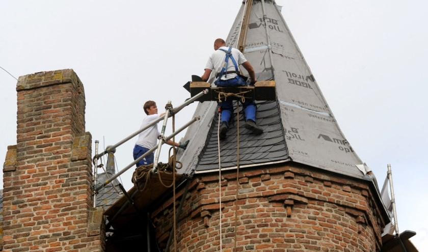 De torenspitsen krijgen nieuw leisteen. (foto: Sjaak Veldkamp)