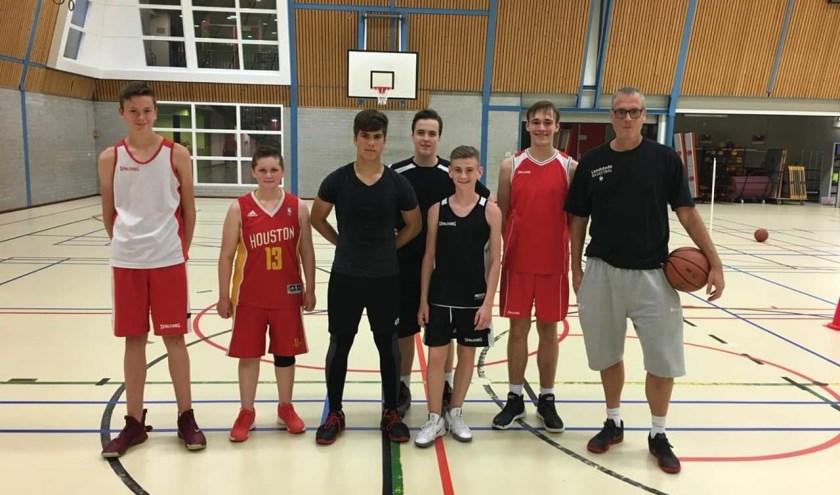 Van links naar rechts: Sjoerd van de Laarakker, Mila Joosten, Christian van der Voet, Duncan Holman, Dirk van Buren, Siebe Gerritsen en Mark van Schutterhoef. (foto: Basketiers Basketbal)