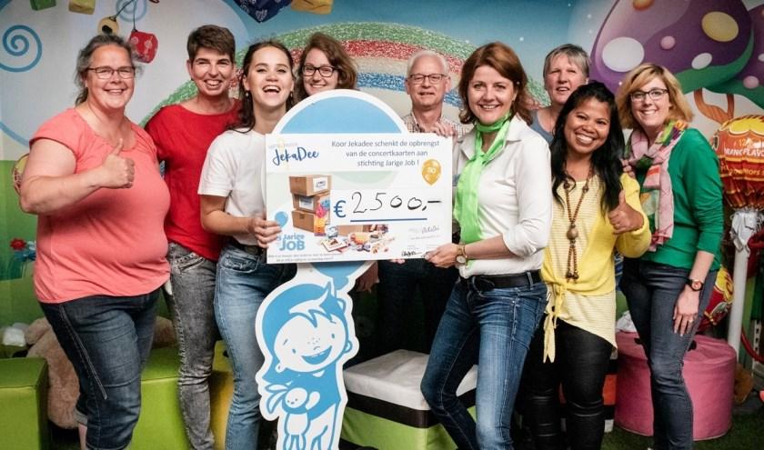 Stichting Jarige Job heeft de cheque van de Jekadee leden overhandigd gekregen. (foto: Marit Veringmeier)
