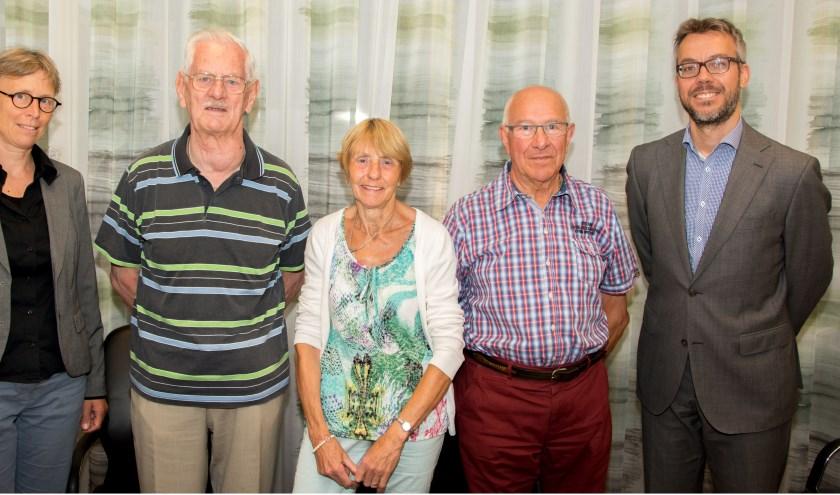Op de foto van links naar rechts: Monica Krol van de gemeente Duiven, de bestuursleden van Het Palet Simon Wesdijk, Janneke Bos (vz) en Jan van Buren, en notaris Van Belsen. (foto: Willy Demon)