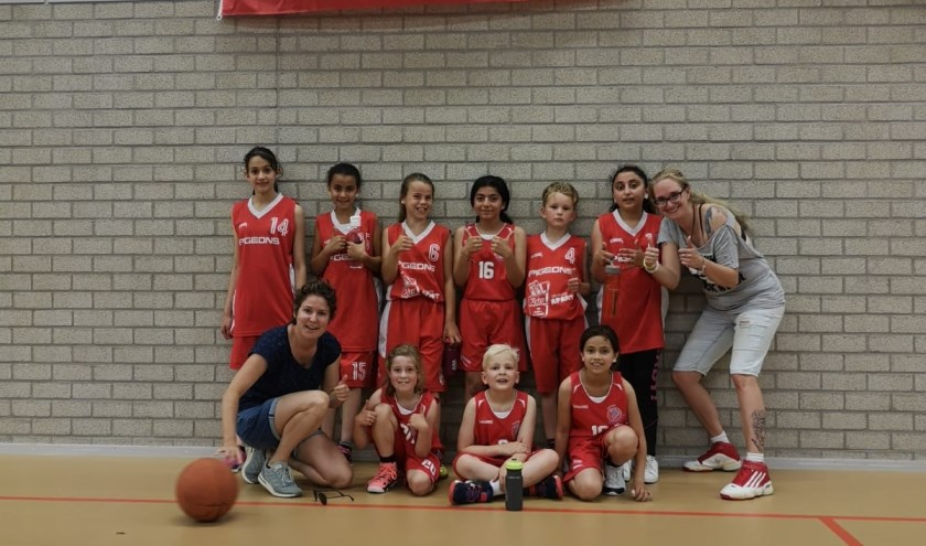 Onder: Ghena, Amal, Femke, Layan, Mike, Asil. Boven: Mara, Niklas, Aliyah  Coaches Froukje Sanberg en Maud de Vries. (foto: Pigeons Basketbal )