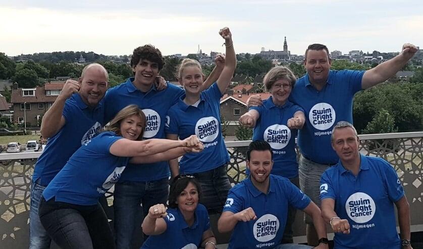 Team Swim to Fight Cancer dankt MarqID en Goed Geregeld Makelaardij voor de prachtige shirts. (foto: Archief Swim to Fight Cancer Nijmegen)