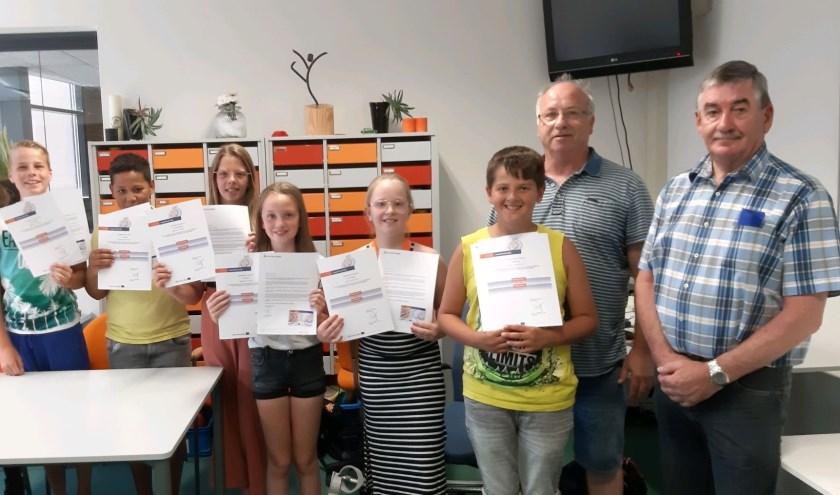 Zes geslaagde leerlingen met diploma. (foto: Tamara van der Leij / HD)