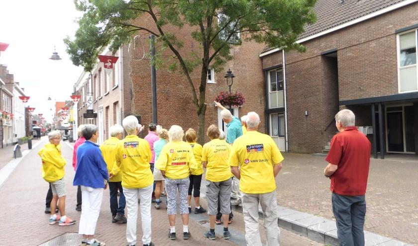 Loopgroep Huissen bij historisch pand. (foto: Annetje Geertsen)