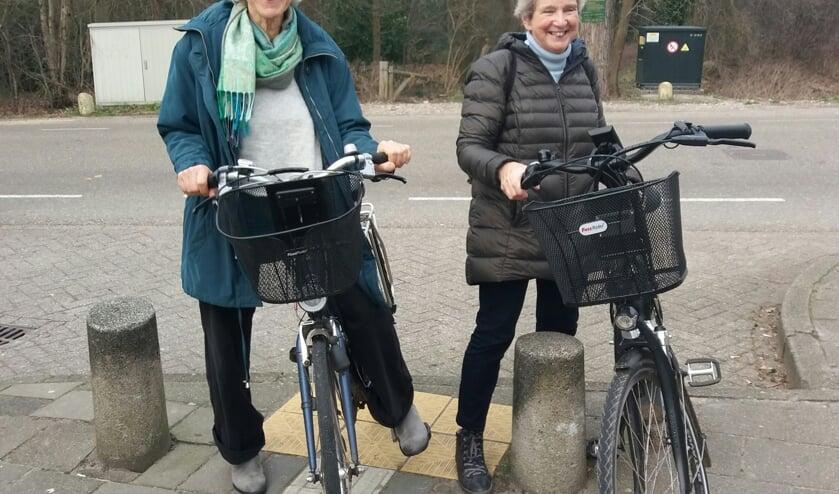 Dames gaan fietsen. (foto: Wilma Berends)