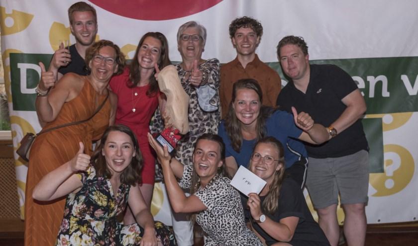 Het winnende team De Handbaltopppers met de wisselbokaal van de Das Groessen Kwis. (foto: Eef & Co)