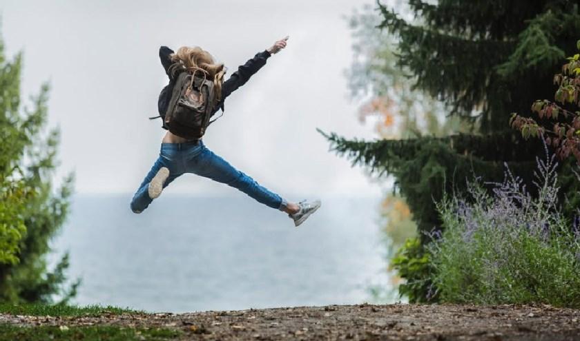 Meisje springt in de natuur (foto: Stockphoto)