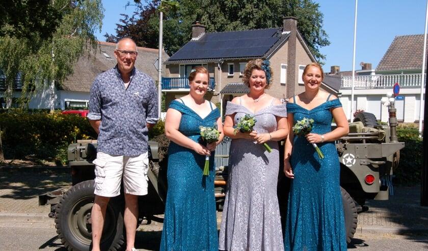 Kersenkoningin en hofdames en winnaar Zilveren Kers. (foto: Sint-Caecilia / Marcel)