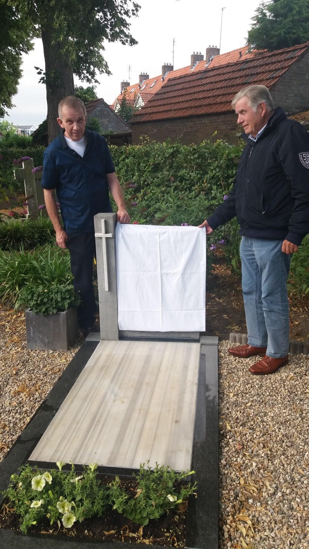 Ben Veenhuis en Gert Demon onthullen het paneel. (foto: Martien van Hemmen)