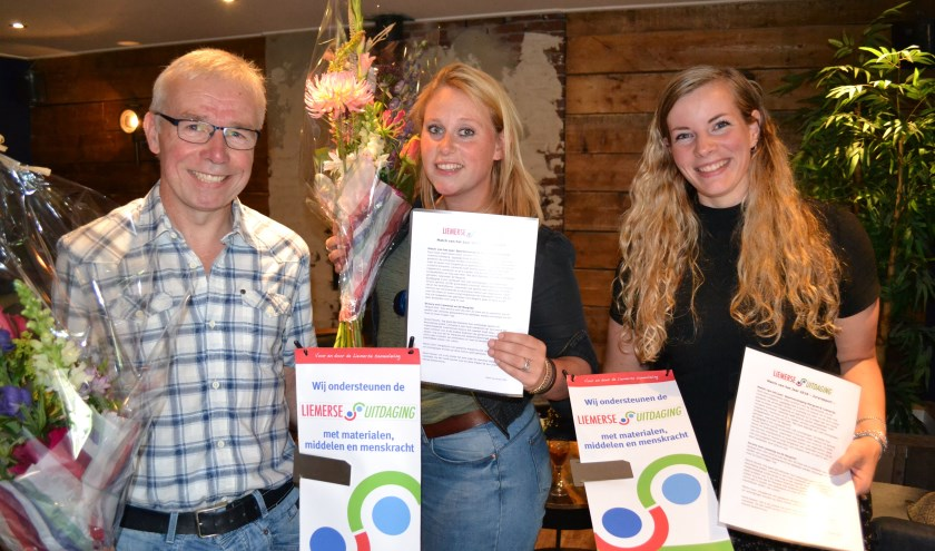 Van links naar rechts: Bert Nijenhuis (SV Margriet), Zoë Berntsen en Hanneke Bach (Liemerije) mochten het eerste certificaat voor de 'Match van het Jaar' bij partycentrum Plok in ontvangst nemen. (foto: Alex Jansen)