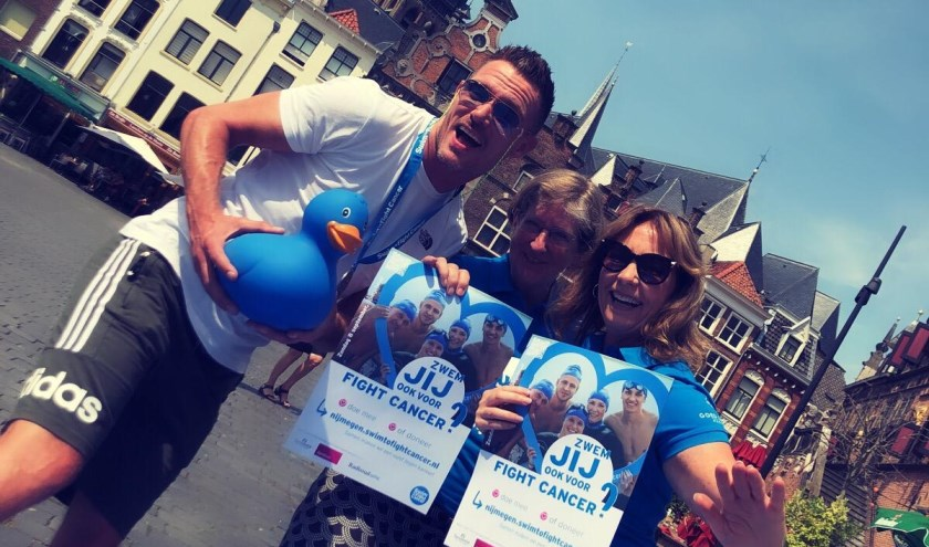 Ron Link met leden van het Swim to Fight Cancer team. (foto: archief Swim to Fight Cancer Nijmegen)