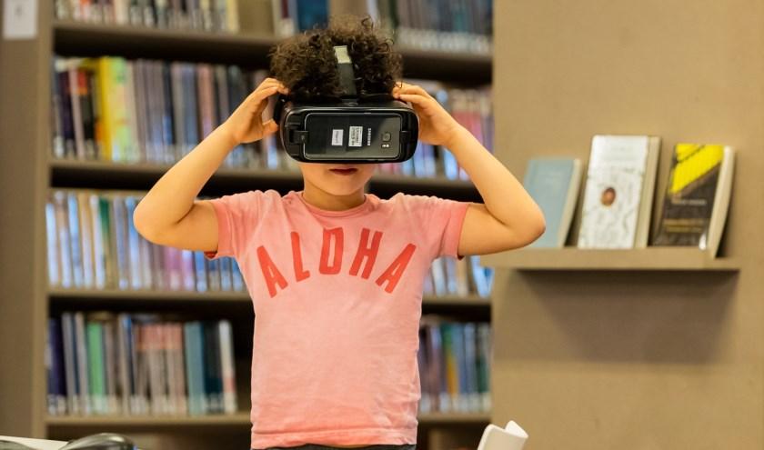 Zet eens een VR-bril op in de bieb. (foto: Marcel Krijgsman)