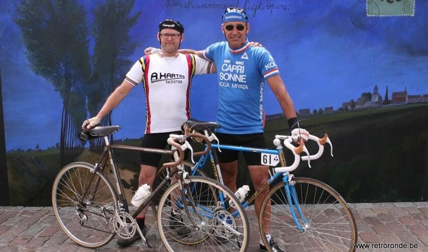 Willie Welles en Henk Janssen poserend tijdens de Retroronde van Vlaanderen. (foto: Koen de Grootte)